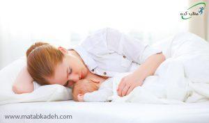 به پهلو خوابیدن و شیر دادن نوزاد